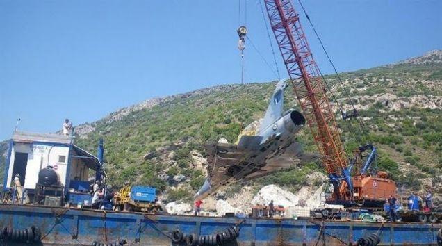 Wyciąganie greckiego myśliwca na barkę