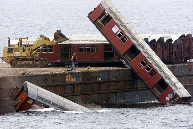 Wrzucanie wagonów do wody