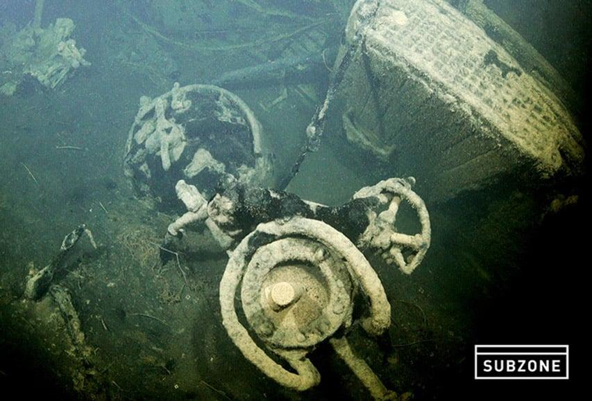 Peryskop oraz zamknięty właz okrętu