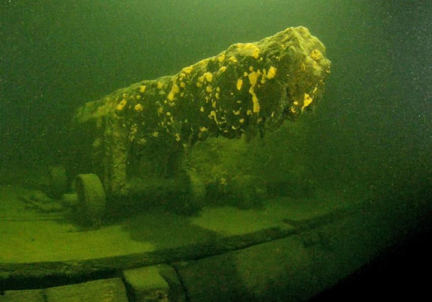 Kalbådagrund gunship aselaiva tykki fregatti kansi 01 Canon_on_deck