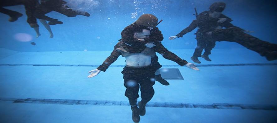 Jak przetrwać w wodzie? – galeria zdjęć pokazujących morderczy trening amerykańskich żołnierzy