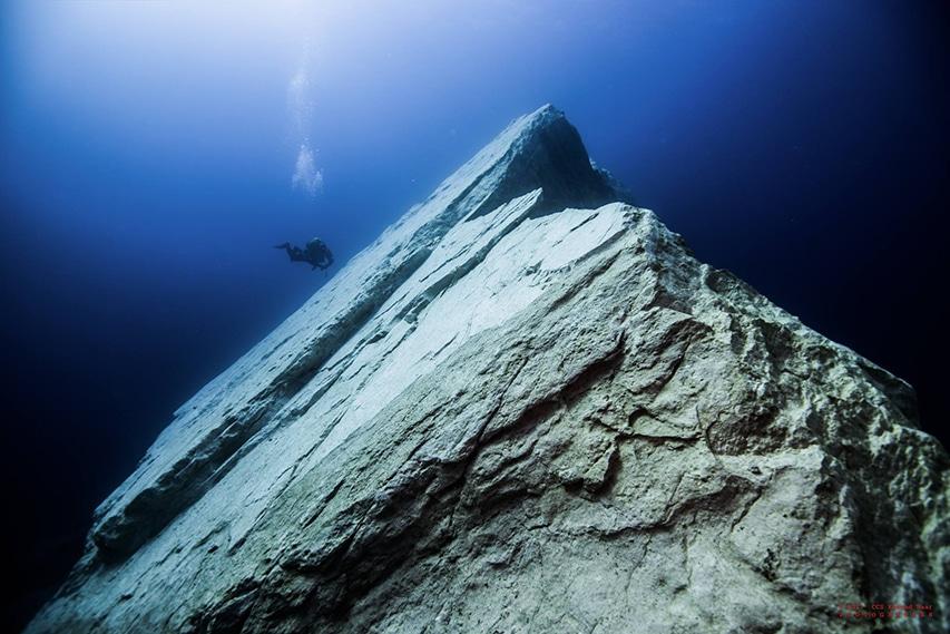 Formacja skalna pod wodą