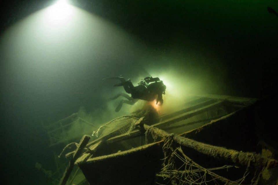 nurek usuwający sieci z bałtyckiego wraku