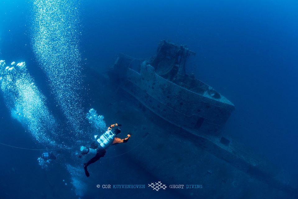nurek na tle wraku HMS Perseus divers24.pl