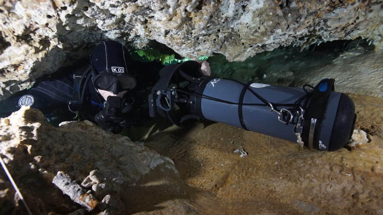 skuter dpv nurek jaskiniowy pokonujący zacisk w jaskini divers24.pl