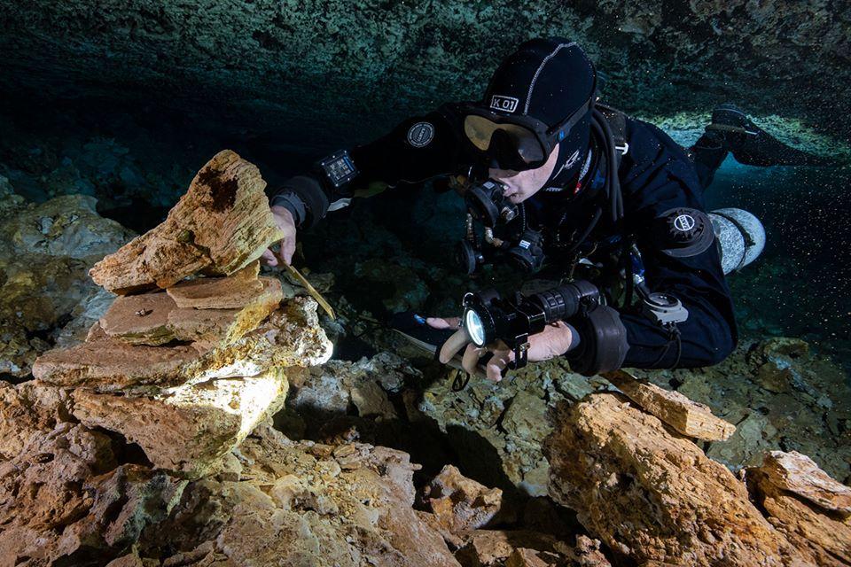 nurek badający skamieliny wnętrze jaskini prehistoryczna kopalnia orchy meksyk divers24.pl