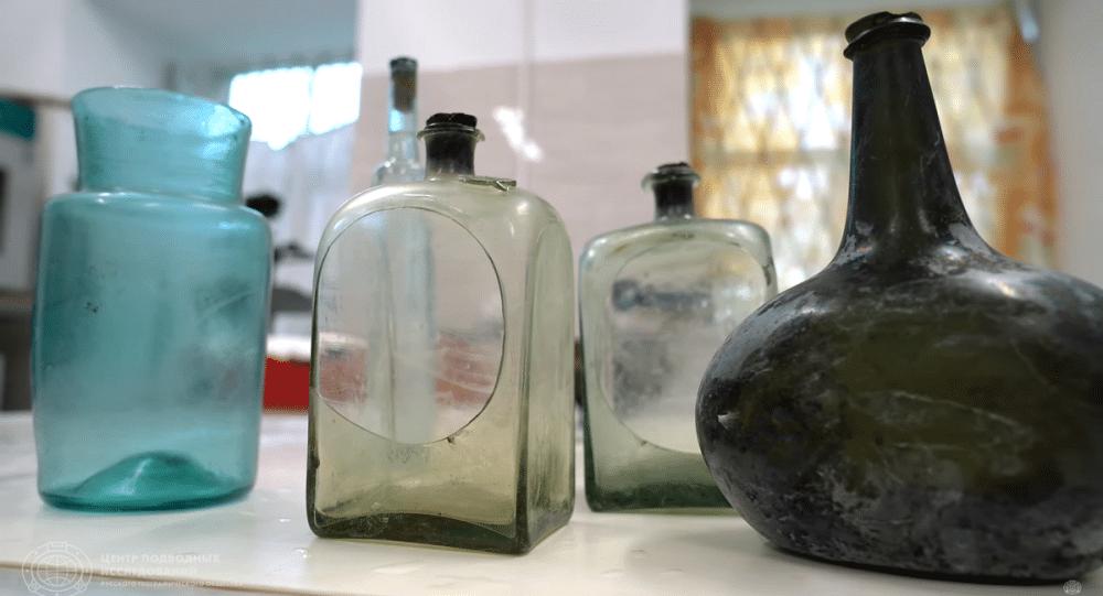 Szklane butelki z wraku divers24.pl