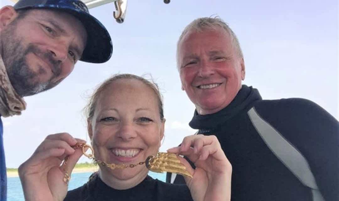 Załoga prezentująca odnaleziony złoty artefakt Członkowie Załogi Brian Fisher Oraz Tracy Newman I Kapitan Henry Jones 1715fleetsociety divers24.pl