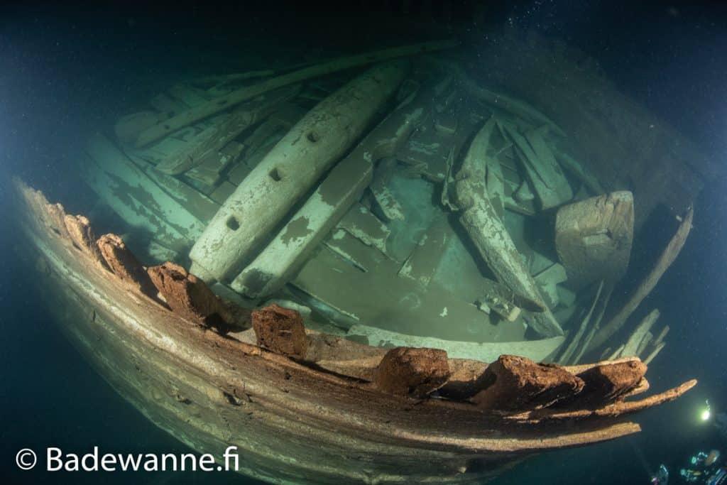 Zbliżenie na wrak z XVII wieku Bałtyk divers24.pl