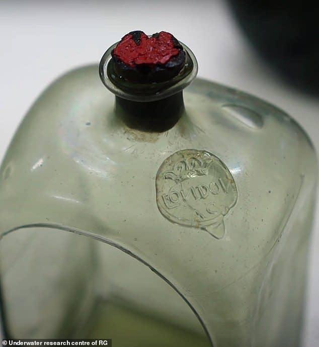 Butelka wydobyta z wraku w Zatoce Fińskiej divers24.pl