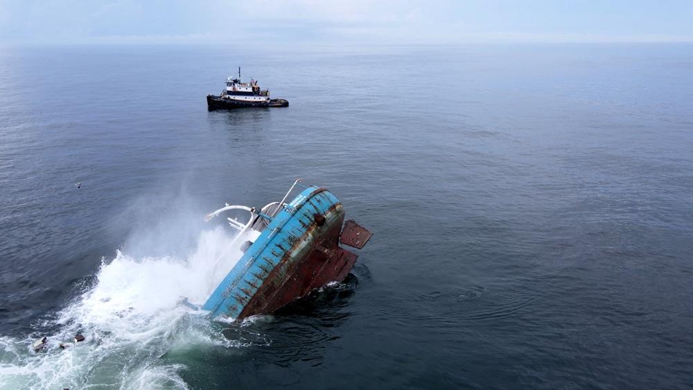Ostatnie chwile frachtowca Reedville na powierzchni divers24.pl