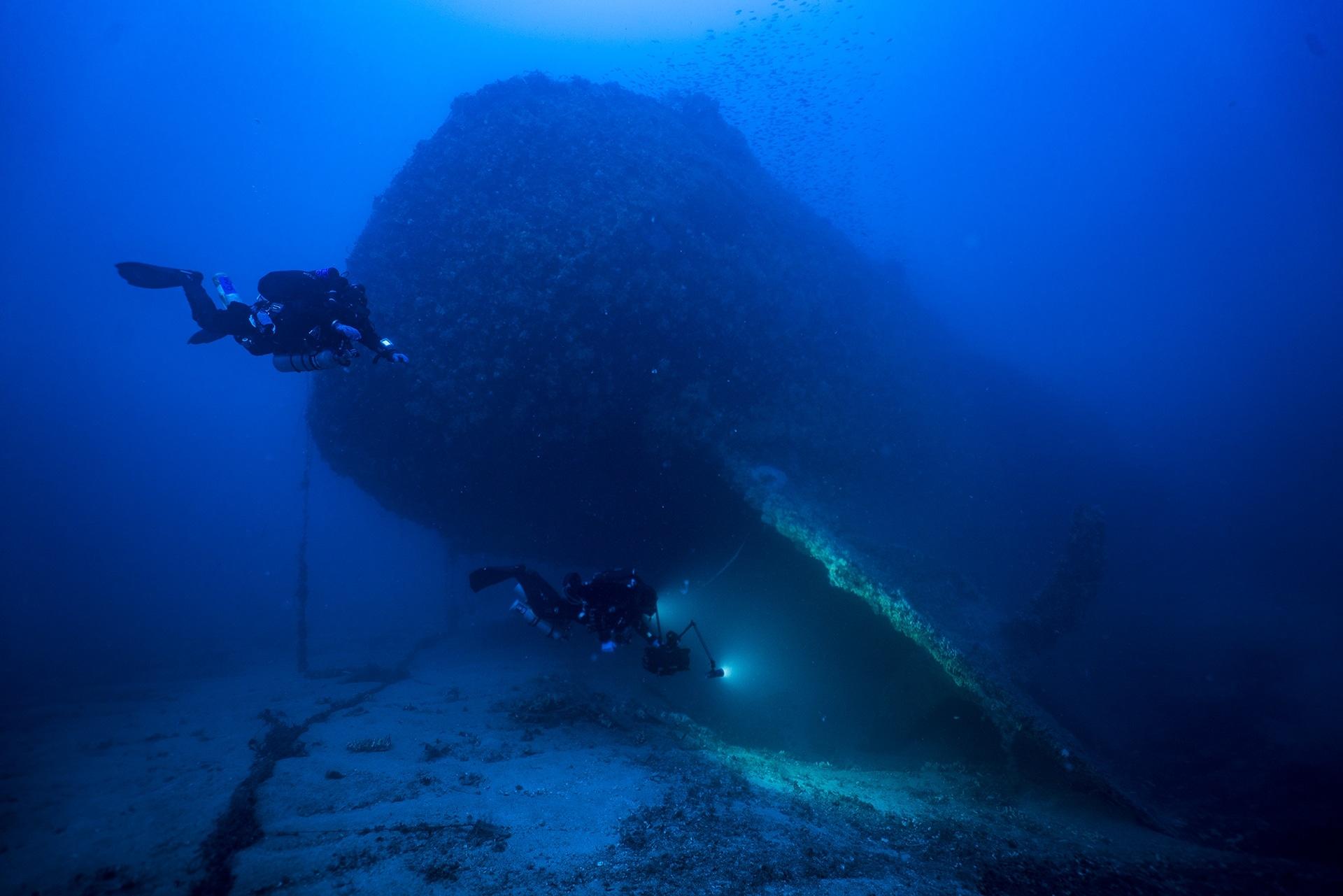 Nurkowie eksplorujący wrak na Malcie divers24.pl