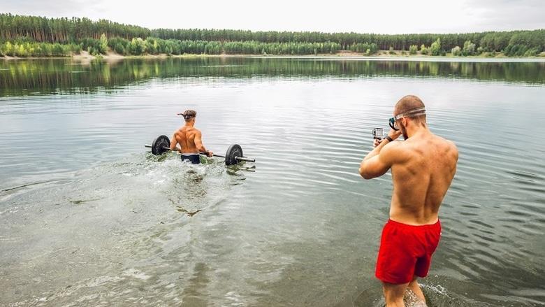 Wchodzenie ze sztangą do jeziora Witalij Wiwczar divers24.pl