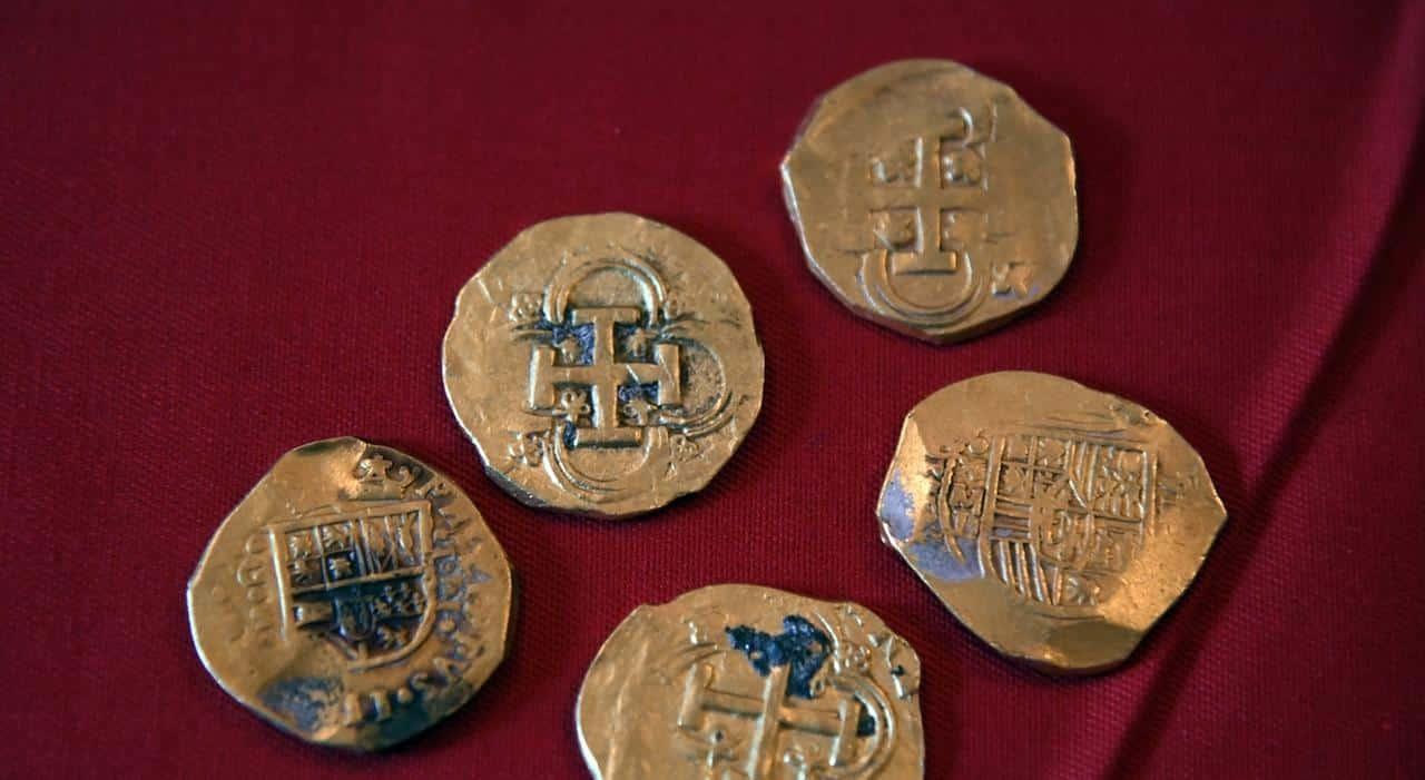 Złote monety wydobyte z wraku divers24.pl