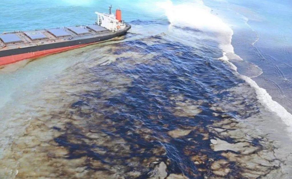 wyciek oleju z tankowca Mauritius divers24.pl