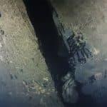 Kadr z filmu dokumentalnego pokazuje dziurę w kadłubie statku