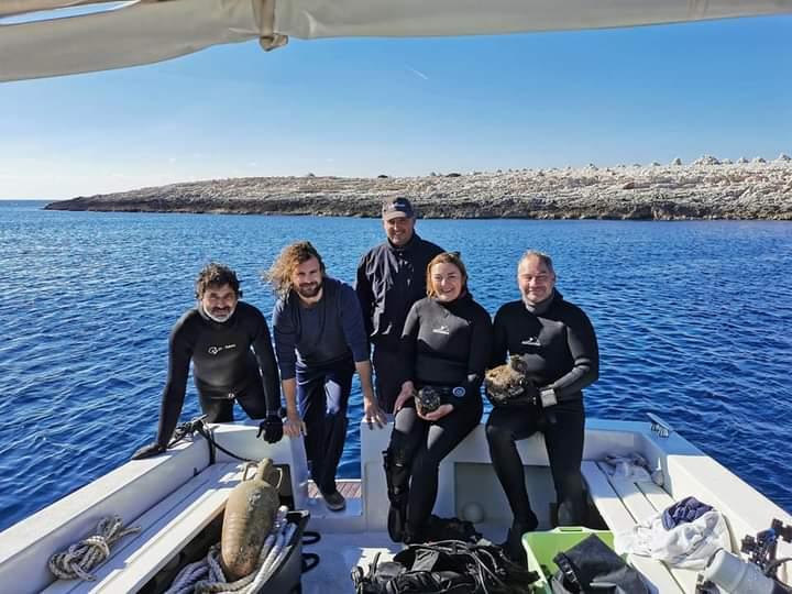 Grupa archeologów po nurkowaniu