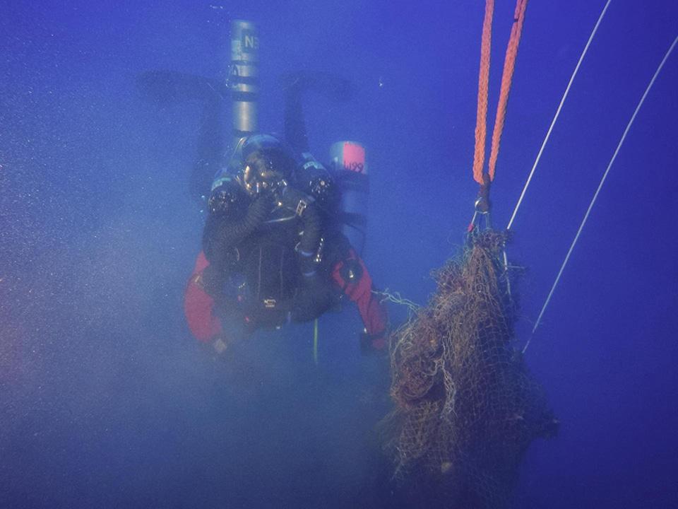 Wydobycie sieci z wraku Junkersa Malta