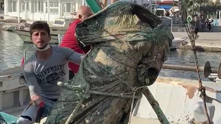Turecki rybak i starożytny posąg