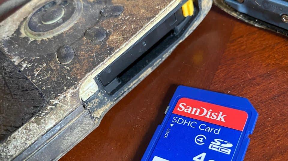 Aparat Kodak i karta pamięci wyłowione z rzeki