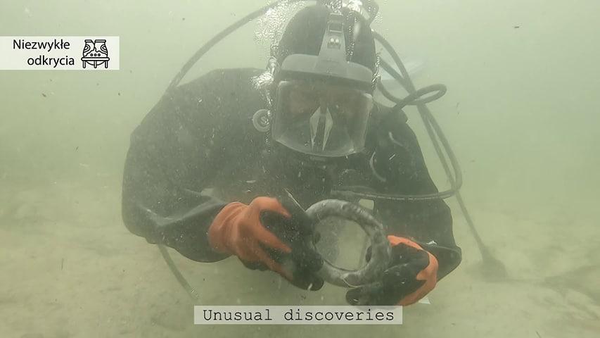 Archeolog ze znaleziskiem Jezioro Biskupińskie