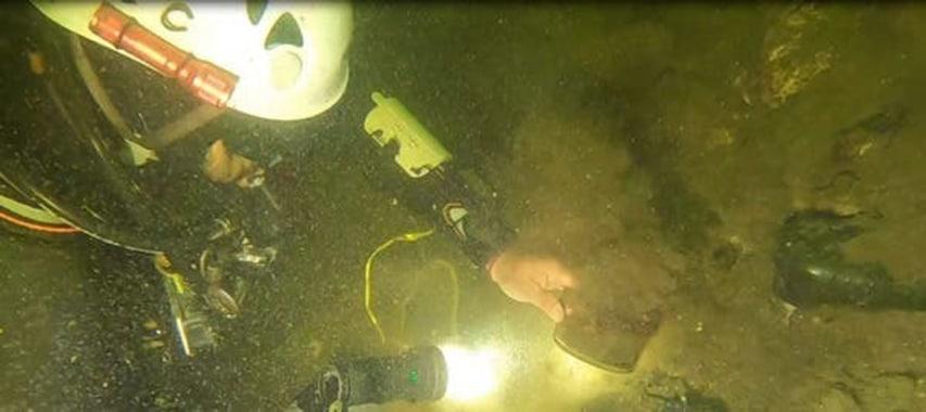 Praca wykrywaczem metalu pod wodą