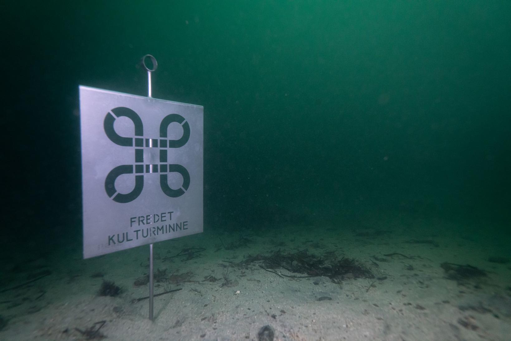 Znak ustawiony pod wodą na wraku żaglowca