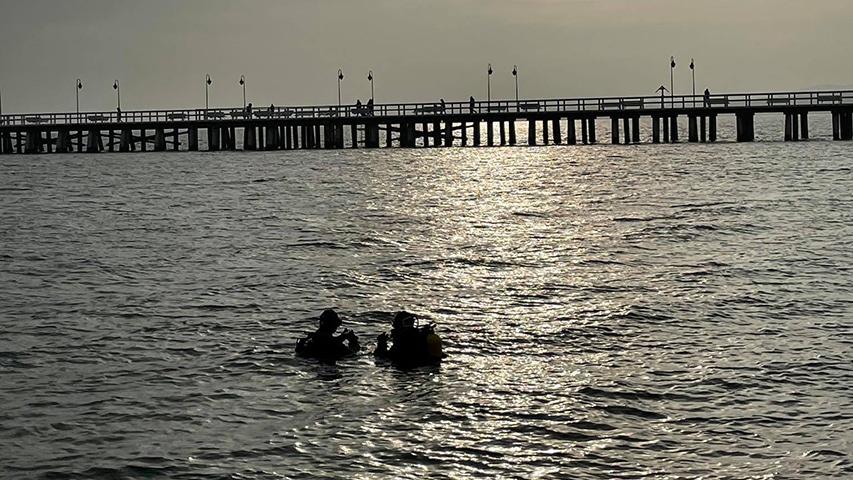 Dwóch nurków przy molo w Orłowie