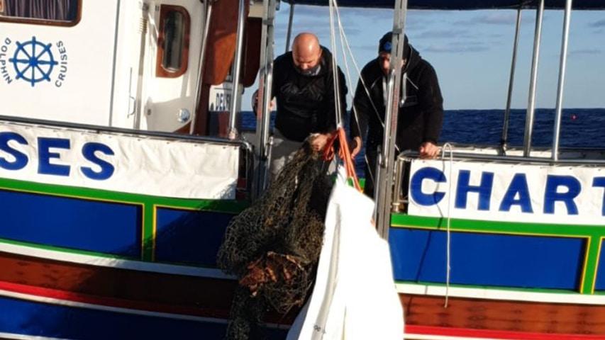 Wydobycie sieci na pokład łodzi