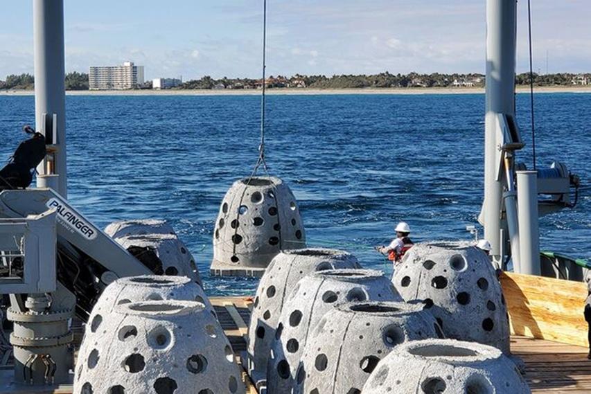 Kamienne kule zatopione na florydzie