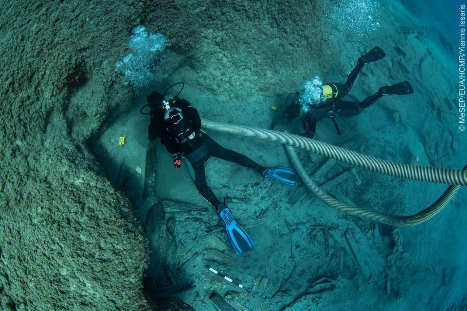 podwodni archeolodzy pracujący na wraku