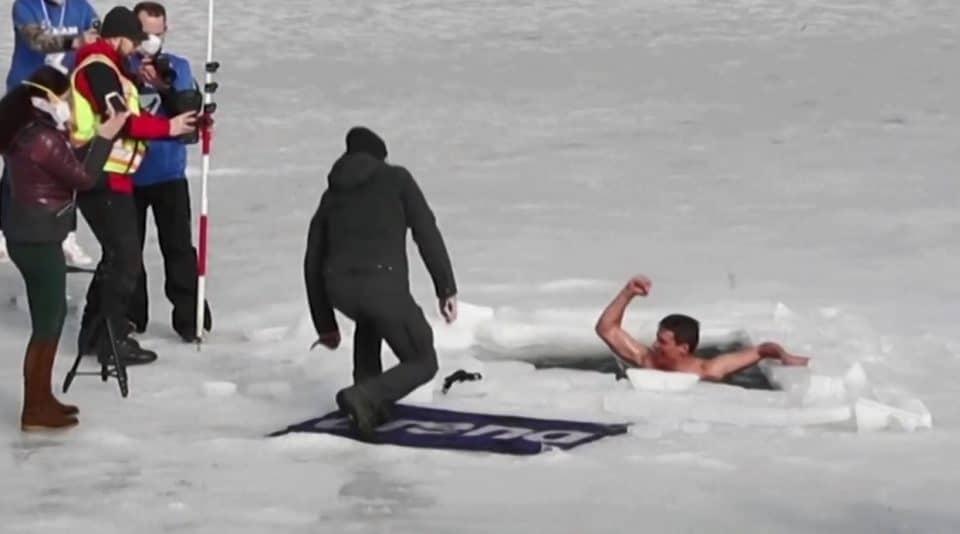 freediver w przeręblu po ustanowieniu rekordu świata