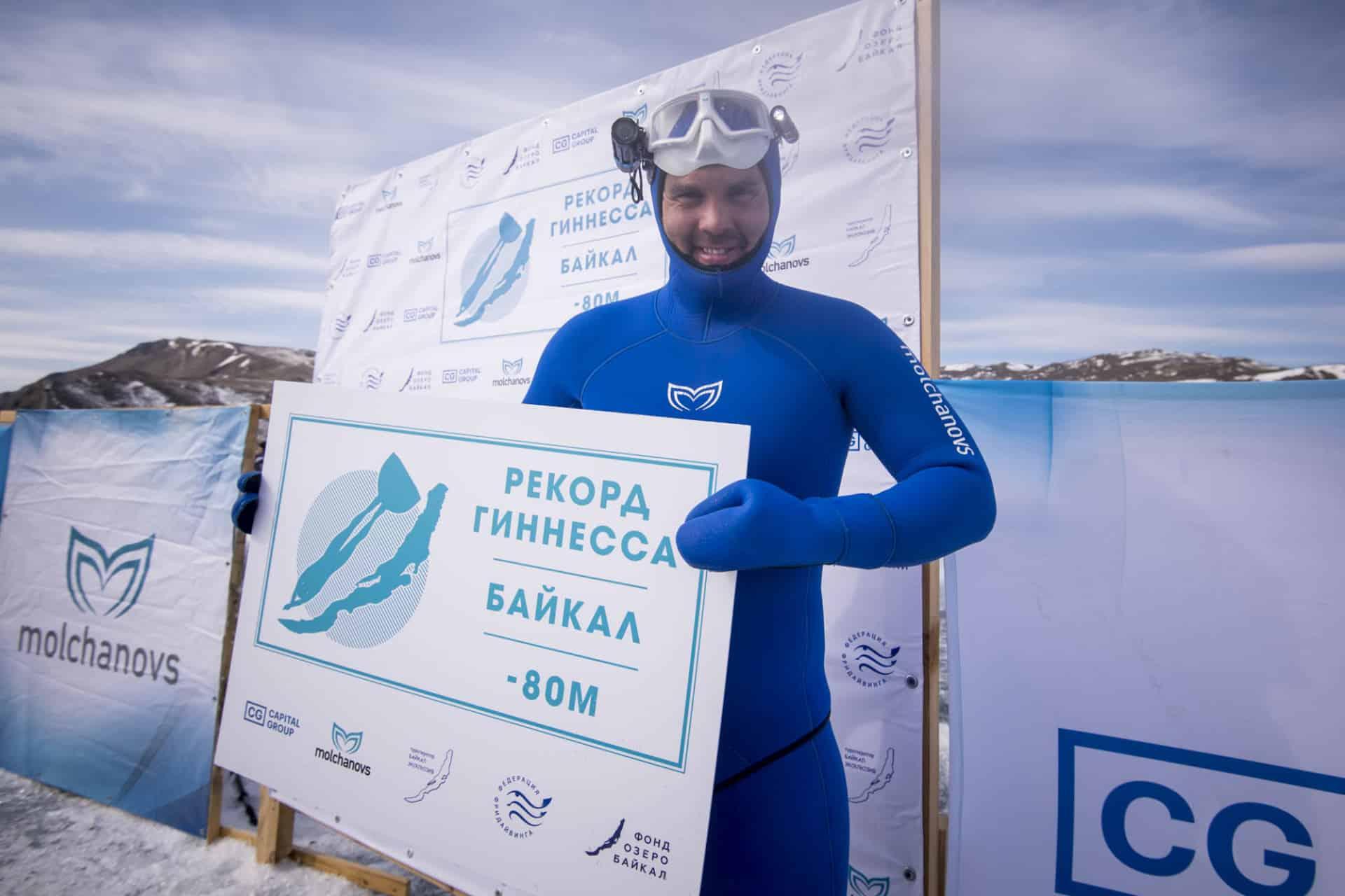 Aleksiej Mołczanow pozuje po ustanowieniu rekordu