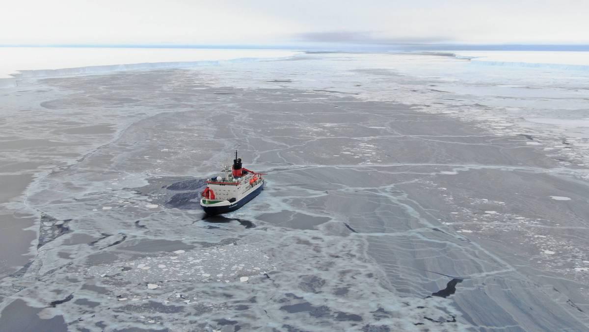 Statek Polarstern przecinający lód