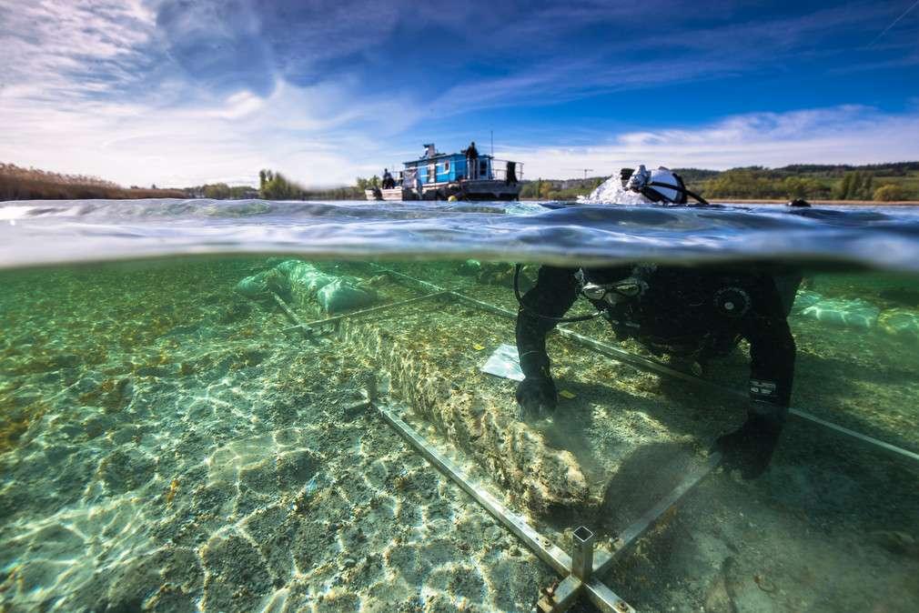 Wrak łodzi sprzed 4000 lat oczyszczany przez archeologa