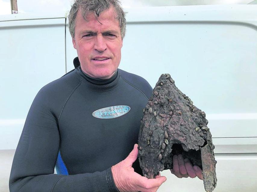 Irlandzki nurek z wyłowionym artefaktem