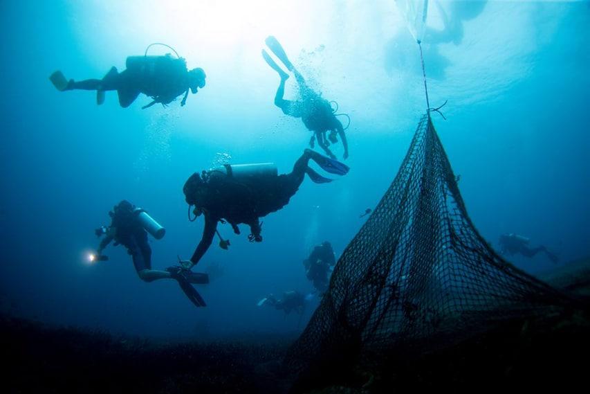 wydobycie pozrywanych sieci z rafy koralowej