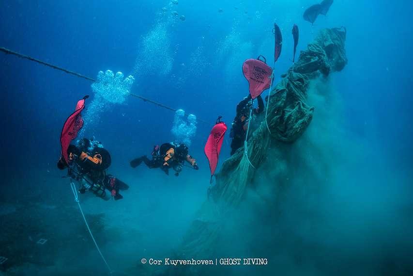 Nurkowie usuwają sieci widma z morskiego dna