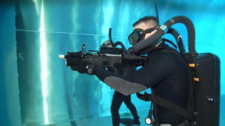 nurek z podwodnym karabinem ADS