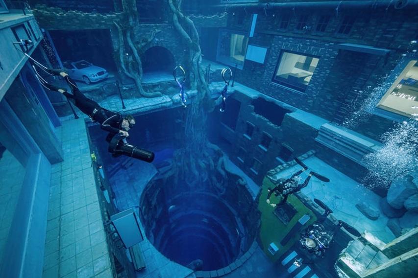 Deep Dive Dubai nurek na skutrze