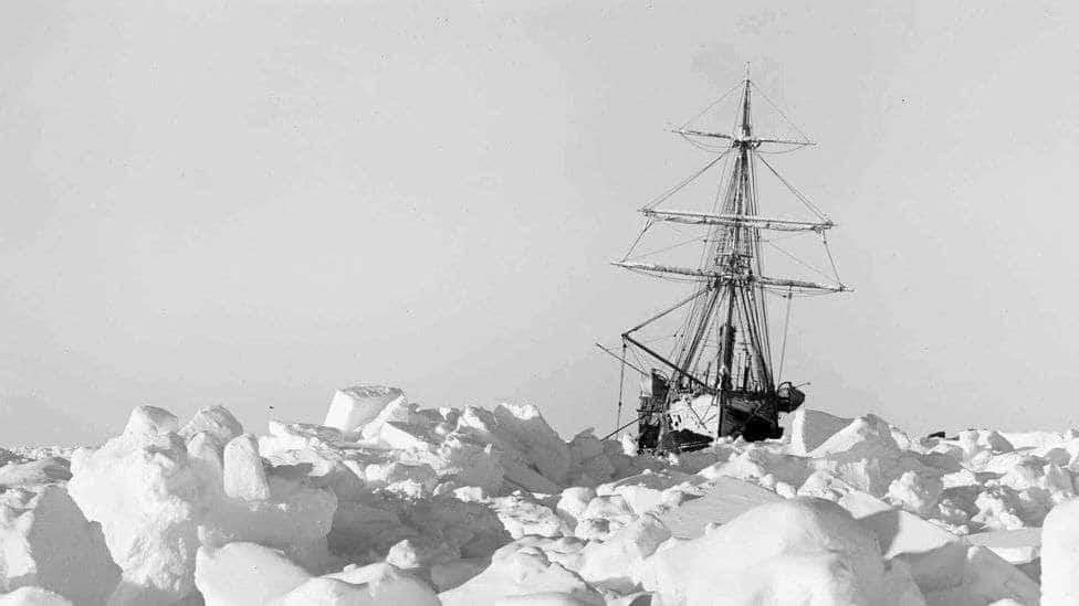 statek pośród lodu