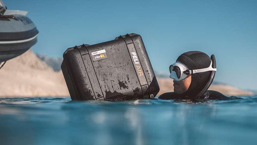 freediver ze skrzynią PELI Air