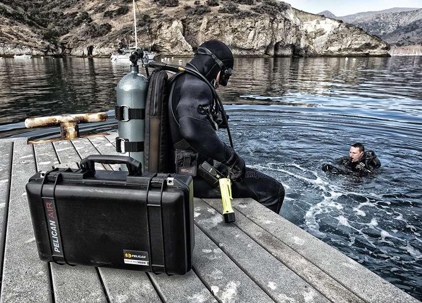 Skrzynia transportowa na tle nurków w wodzie