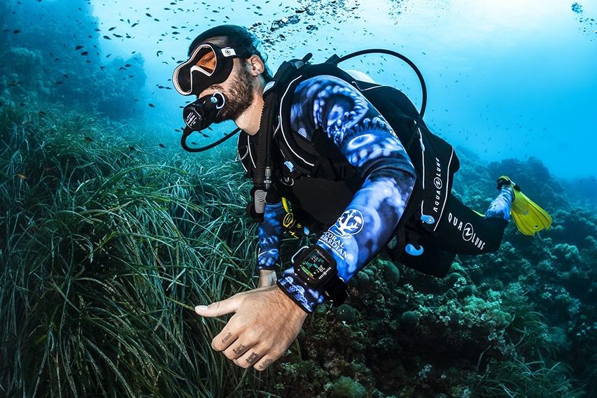 nurkowanie w oceanie z komputerem nurkowym Aqualung