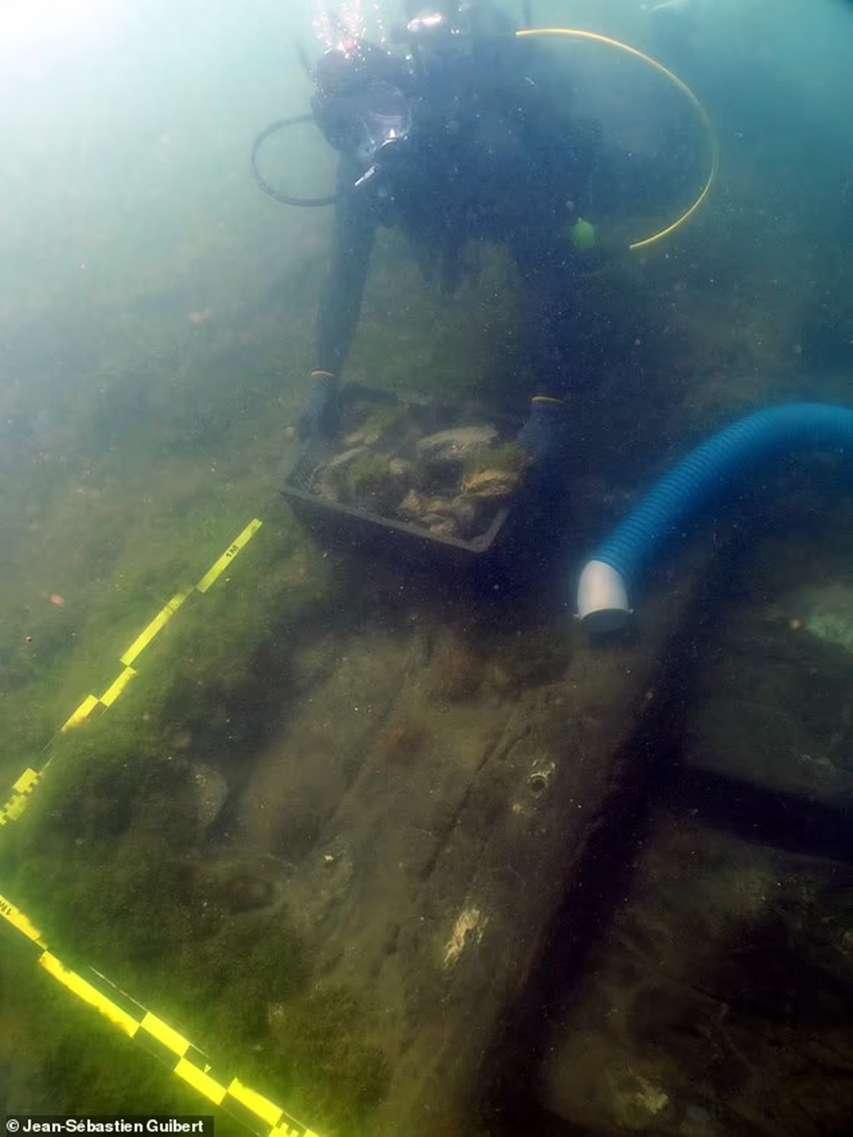 archeolog podczas eksploracji stanowiska pod wodą