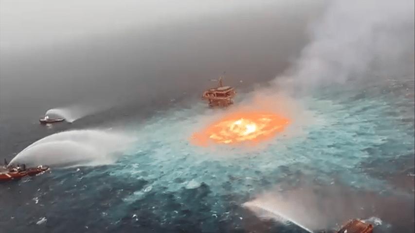 płonący ocean w pobliżu platformy Pemex