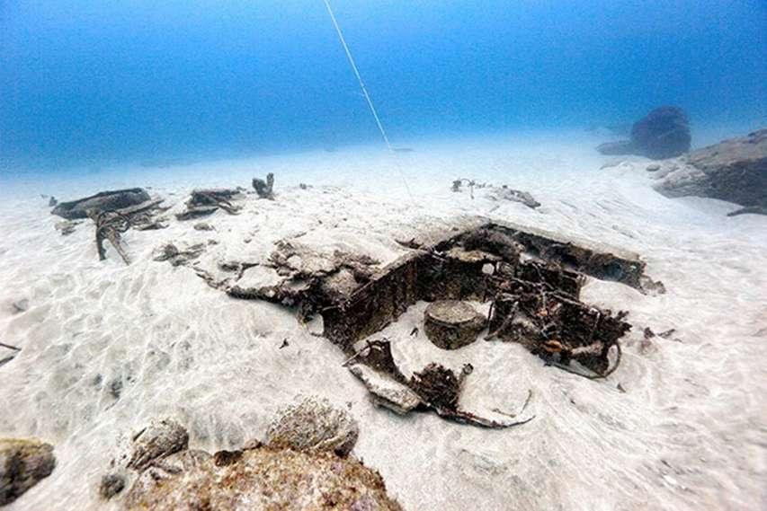 pozostałości samolotu na morskim dnie