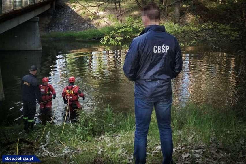 Strażacy pracujący w wodzie