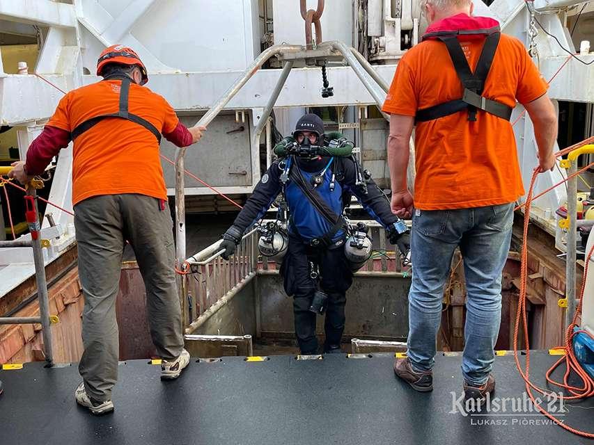 Załoga pomaga nurkowi dostać się do windy
