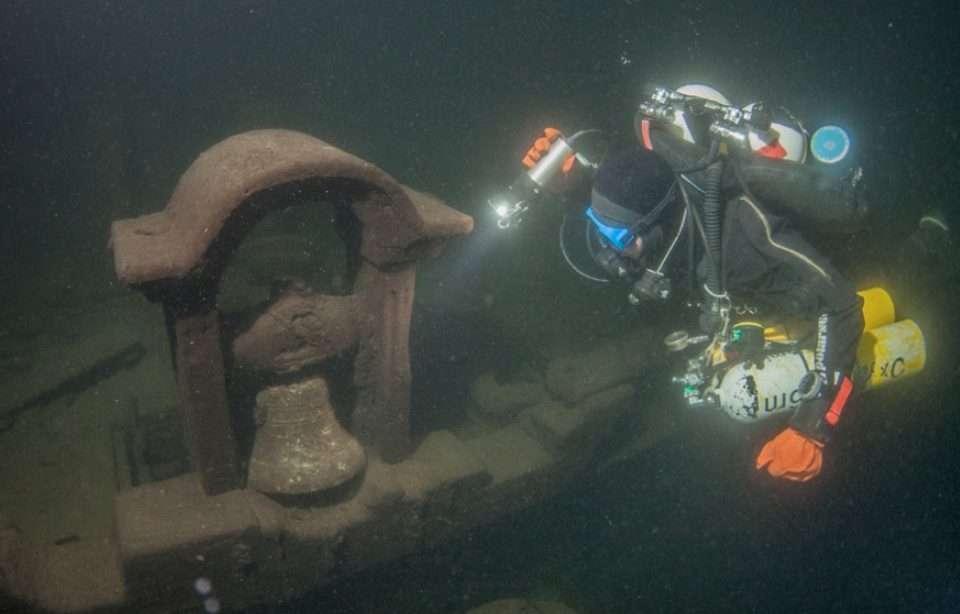 Wydobycie rzeźby z tajemniczego wraku